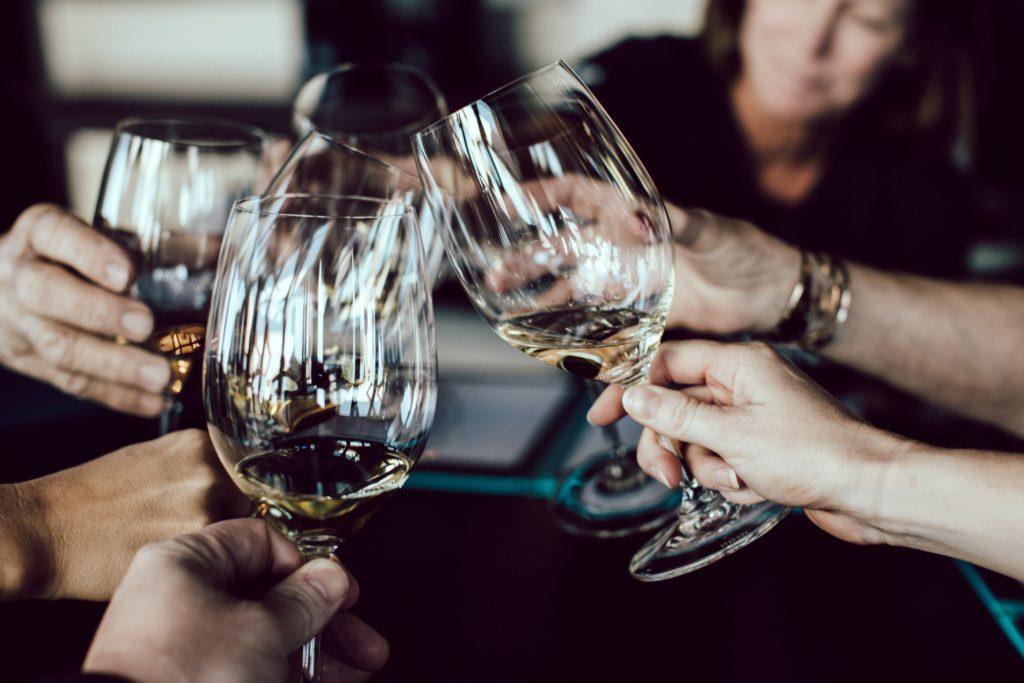 Vinprovningsevenemang: Bjud in omkring 8-12 deltagare.