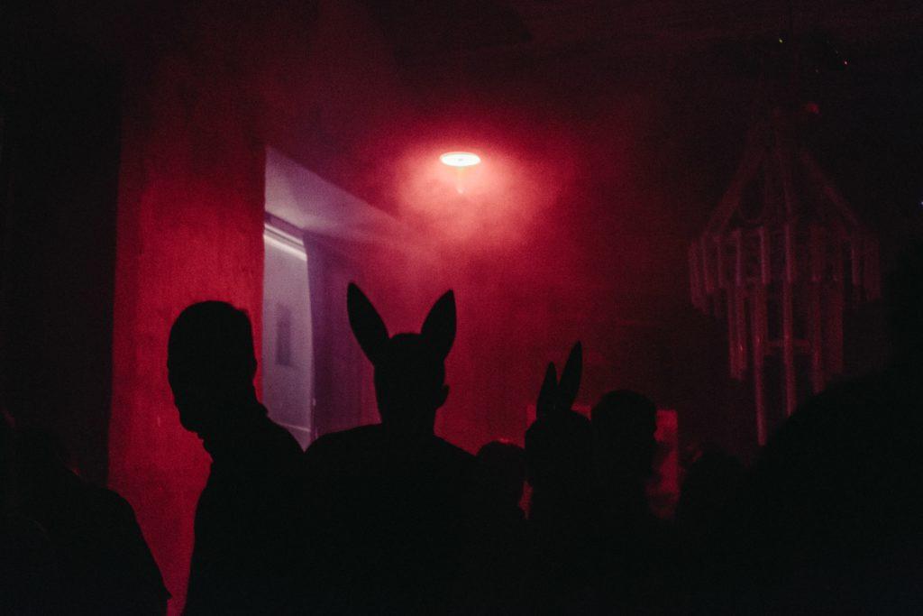 Hur man organiserar ett nattklubbsevent: Kanindräkt tema, någon?