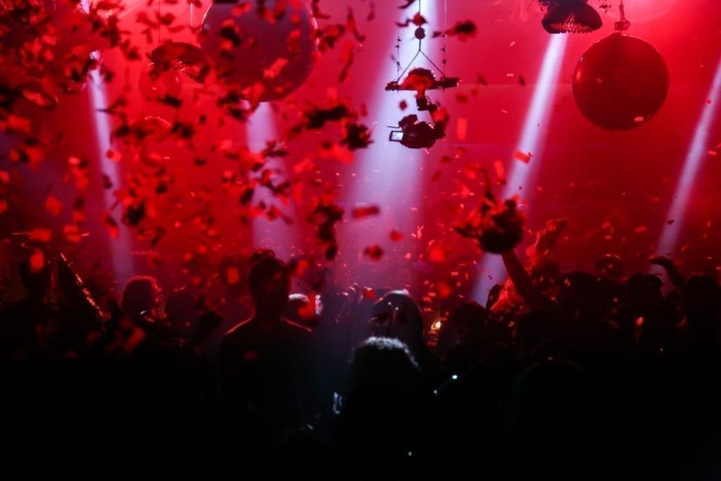 Hur man organiserar ett nattklubbsevent: Ge folk FOMO med några episka bilder av tidigare evenemang.